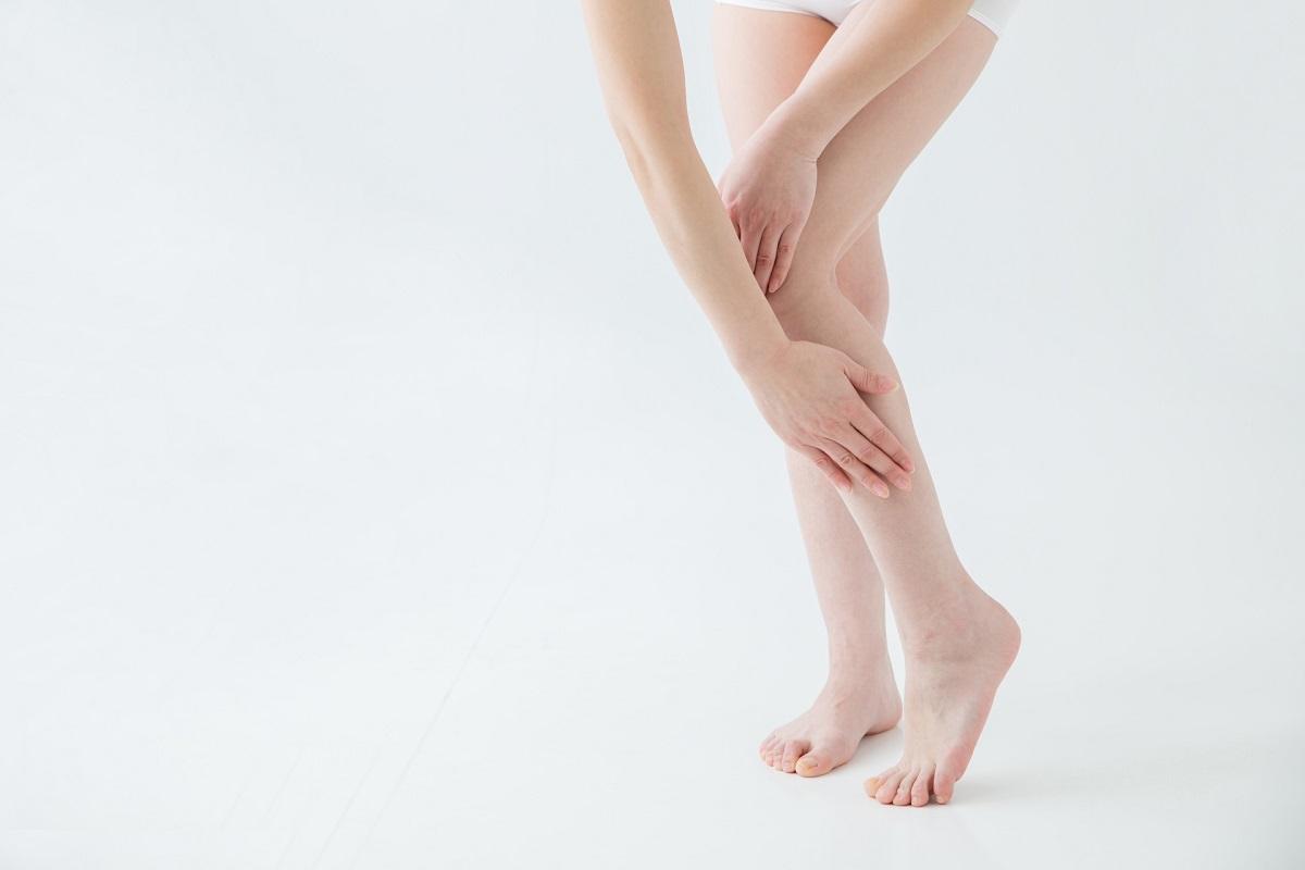脚を抑えている女性