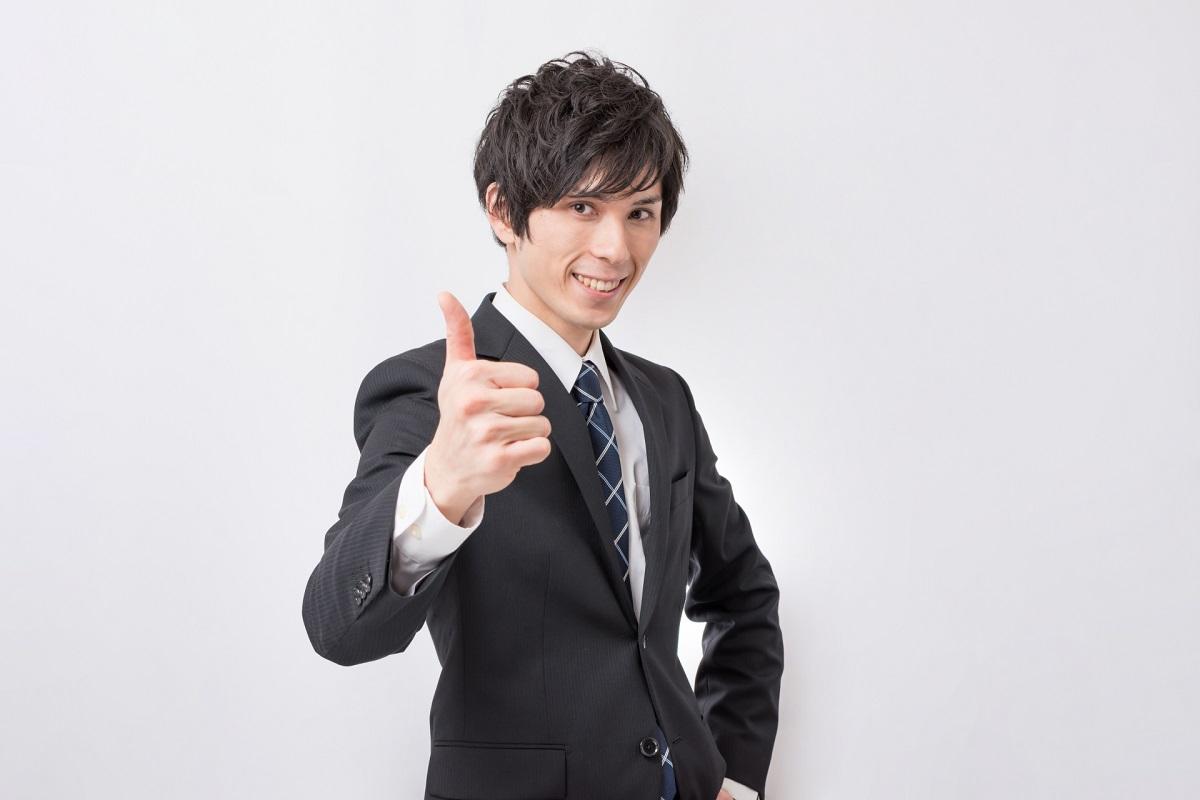 親指をぐっと立てている笑顔の男性