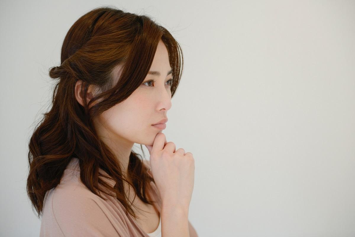 医療レーザー脱毛の痛みに対して悩んでいる様子の女性