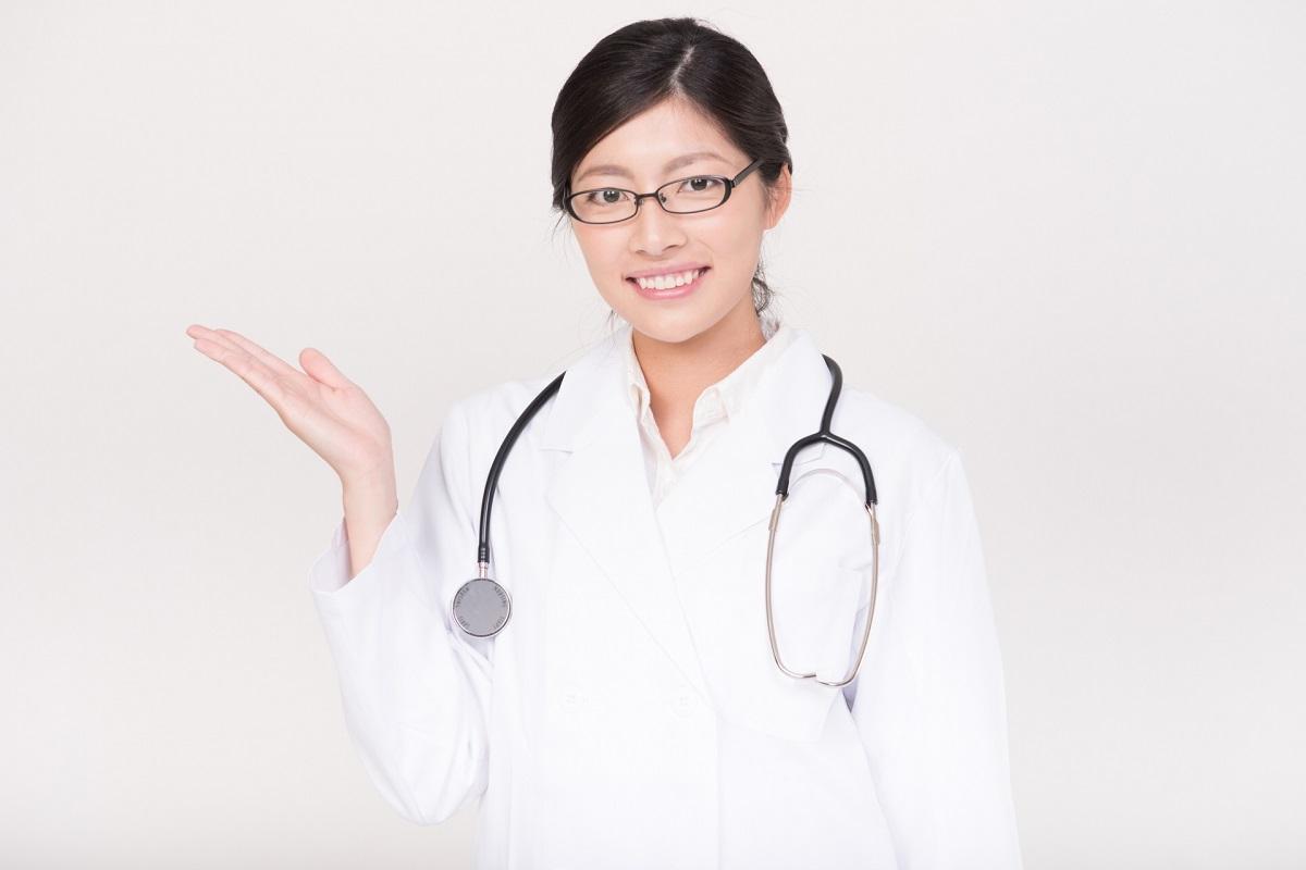 麻酔を紹介している白衣を着た女医