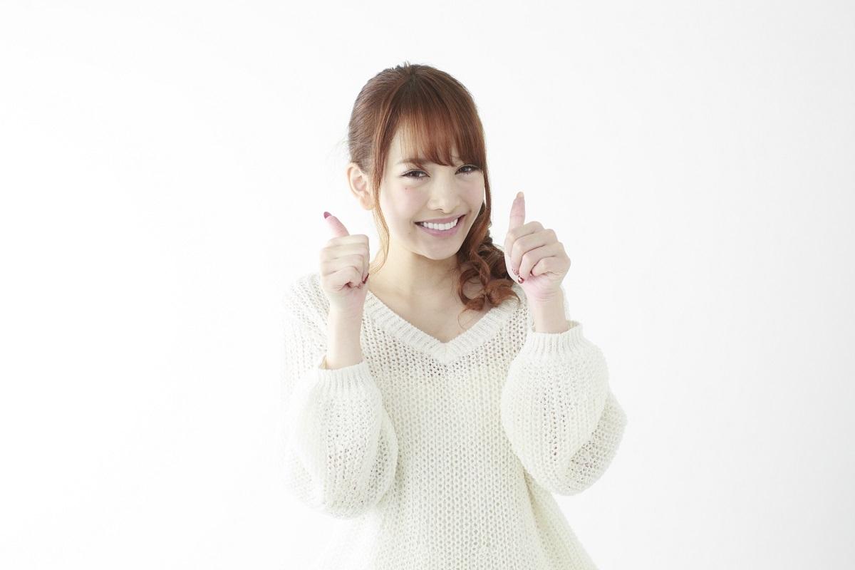 笑顔で指を立てている女性