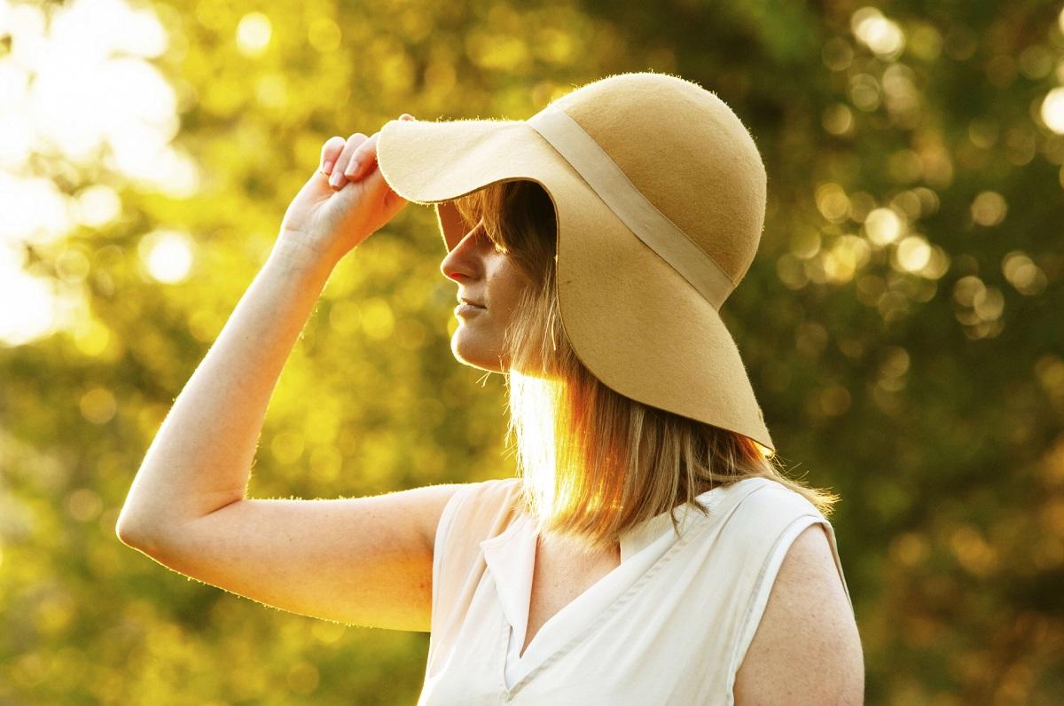 紫外線を避けている帽子を被った女性