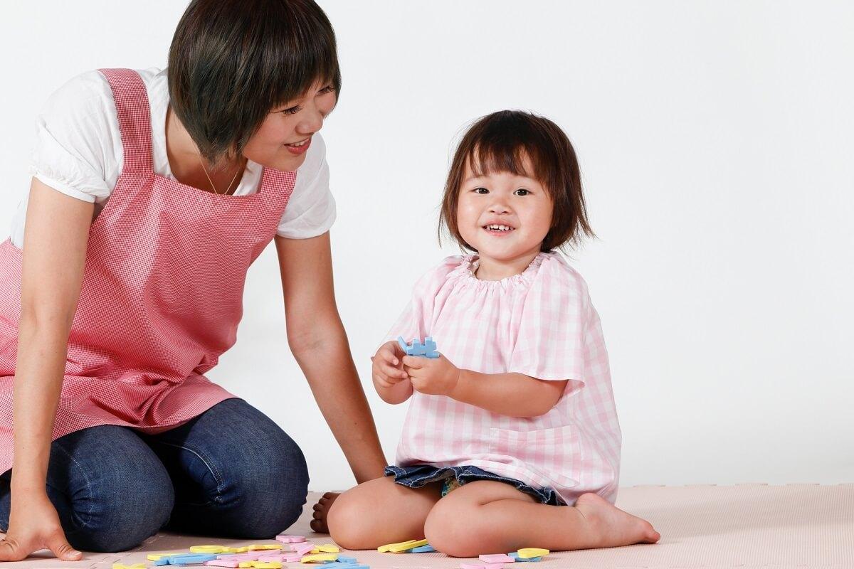 託児所の保育士と子供のイメージ